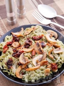 Лесни оризови спагети - нудълс, с гъби, сушени домати и босилеково песто - снимка на рецептата